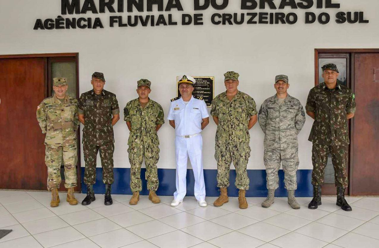 Comitiva de militares norte-americanos conhece as peculiaridades do ambiente de selva em Cruzeiro do Sul (AC)