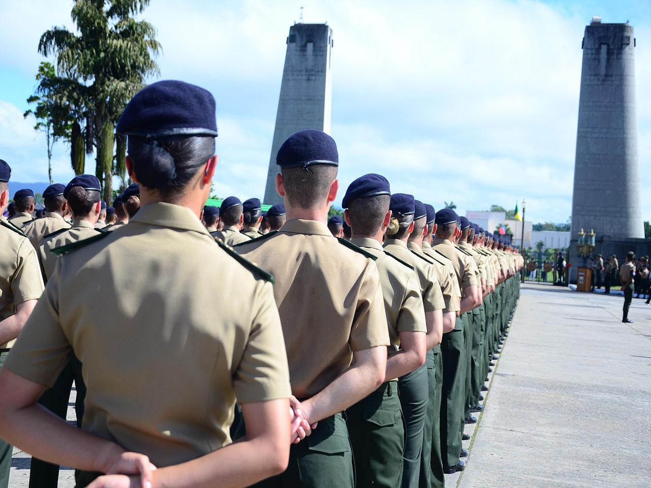 Entrada dos Novos Cadetes pelo Portão Monumental da Academia Militar das Agulhas Negras