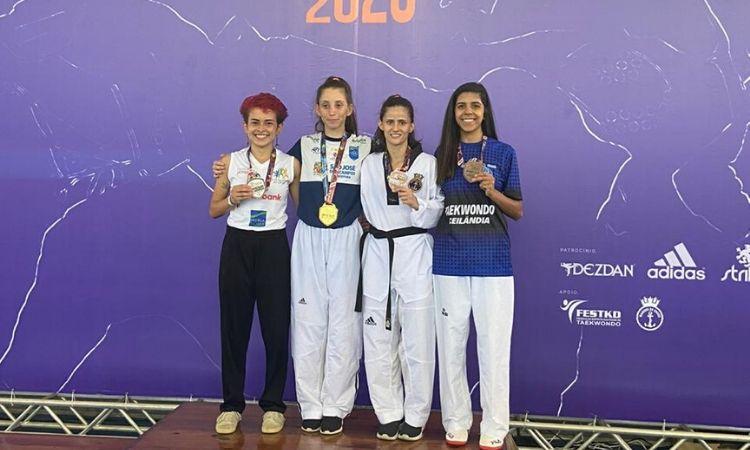 Militares atletas no pódio do Grand Slam de Taekwondo