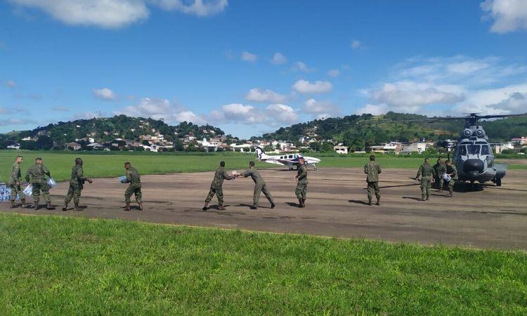 Militares distribuem cestas básicas em municípios atingidos pelas enchentes no RJ