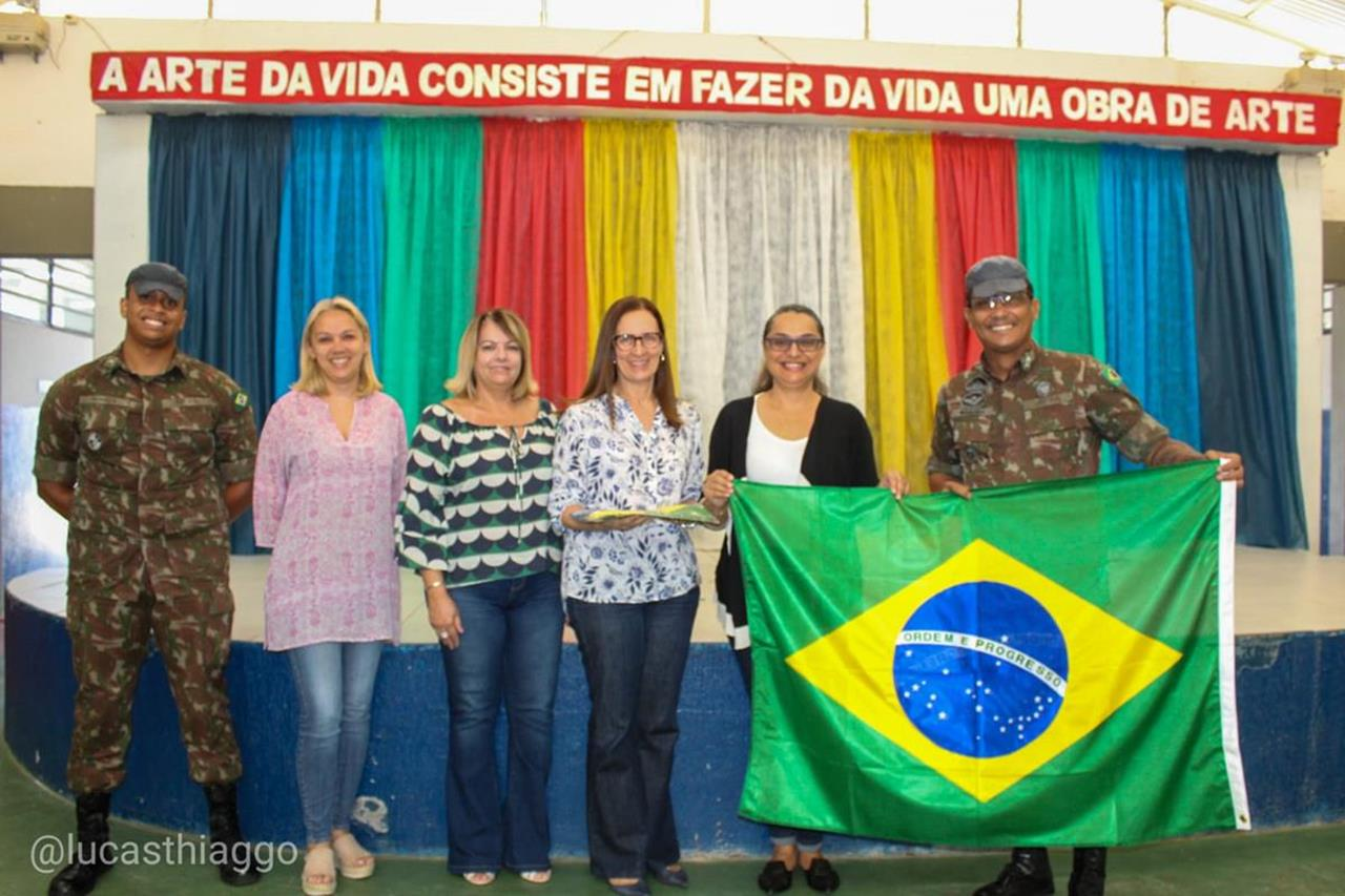 Distribuição de bandeiras do Brasil a escolas públicas