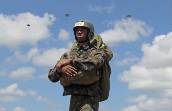 Cadetes da Academia da Força Aérea treinam Salto de Emergência
