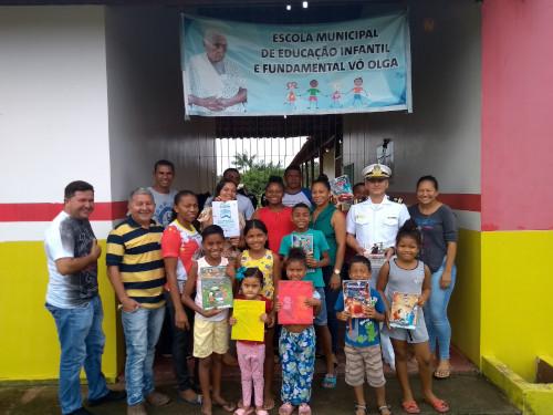 Capitania dos Portos do Amapá doa livros infantis para escola pública no interior do estado