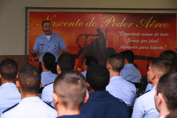Diretor de Ensino da Aeronaútica ministra aula inaugural da EPCAR
