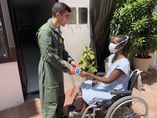 Militares visitam paciente que recebeu coração transportado pela FAB