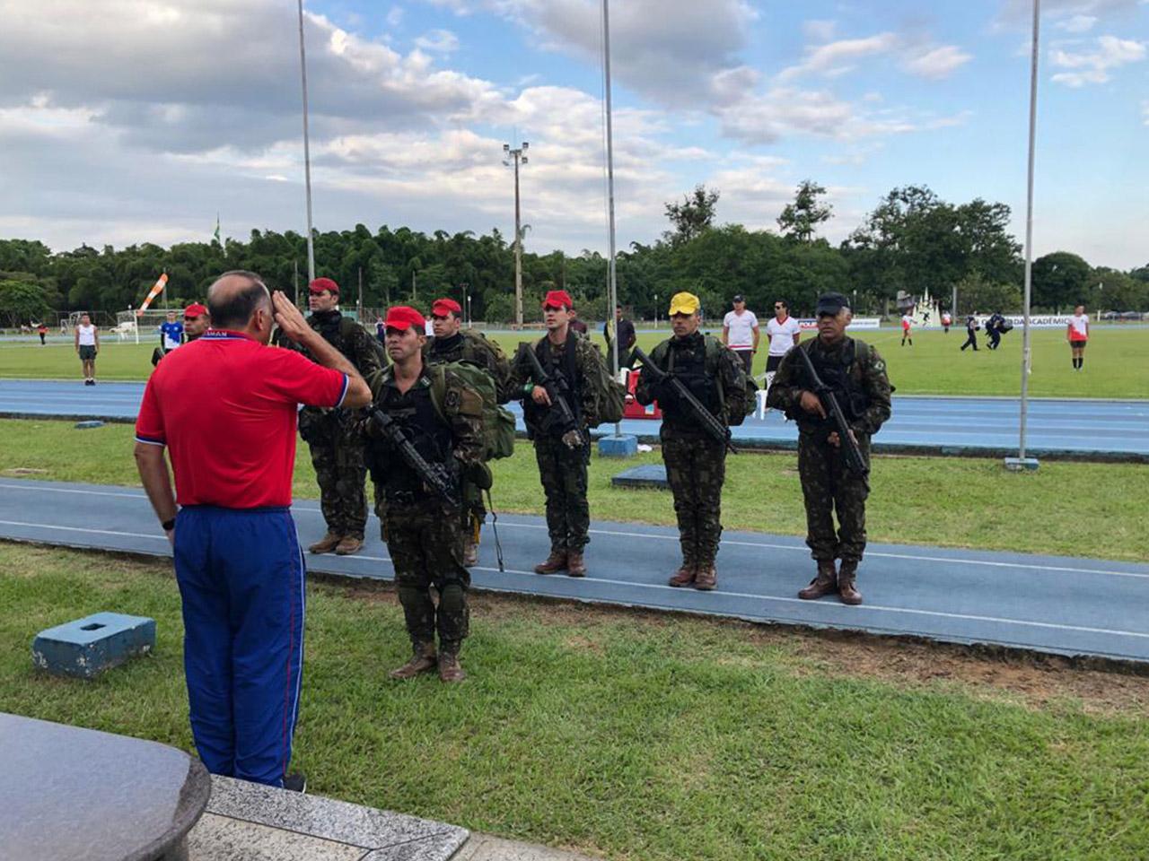Salto livre operacional da Brigada de Infantaria Pára-quedista na Academia Militar das Agulhas Negras