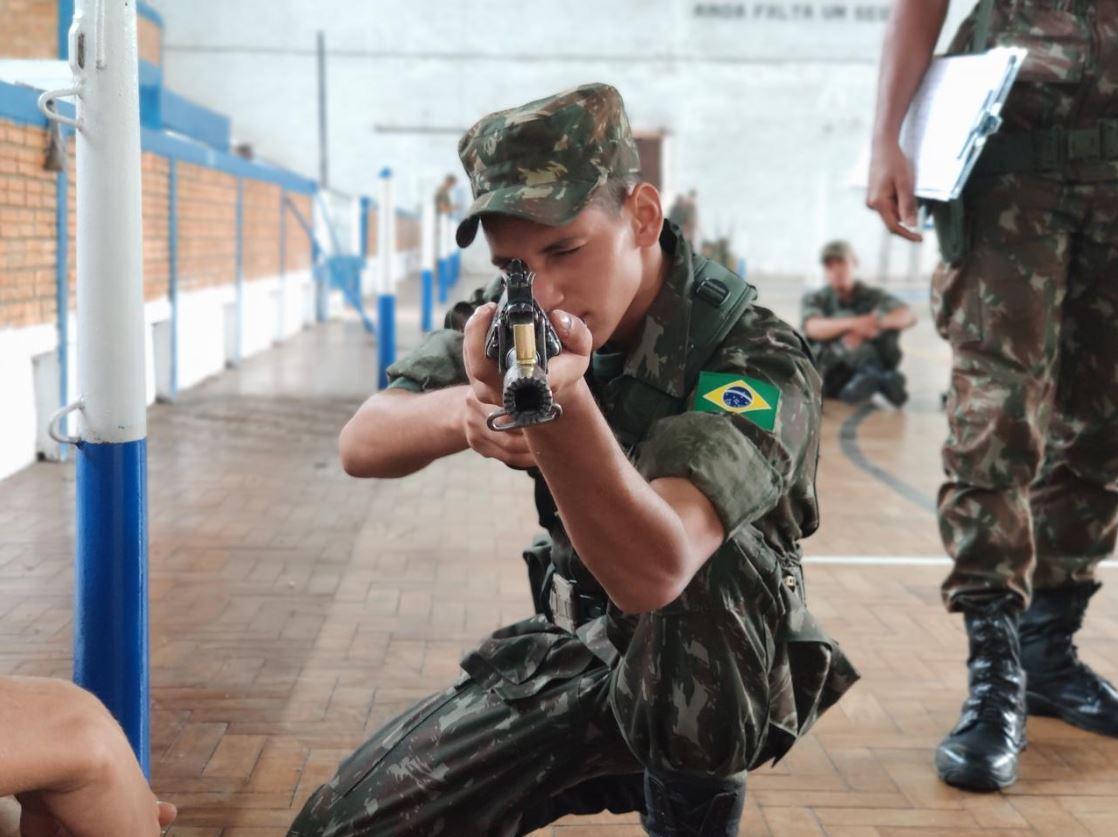 Novos Soldados da Bateria realizam o Tiro de Instrução Básico
