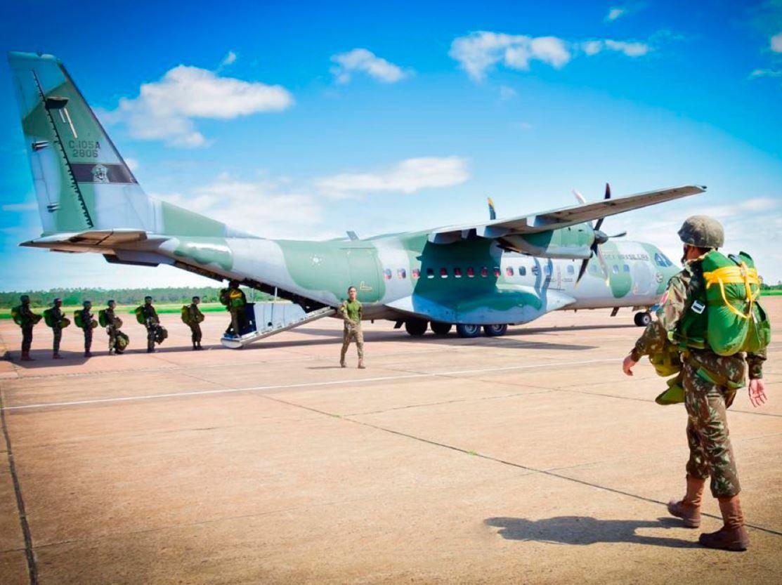 Militares do Batalhão DOMPSA realizam apoio ao salto de emergência dos cadetes da Academia da Força Aérea