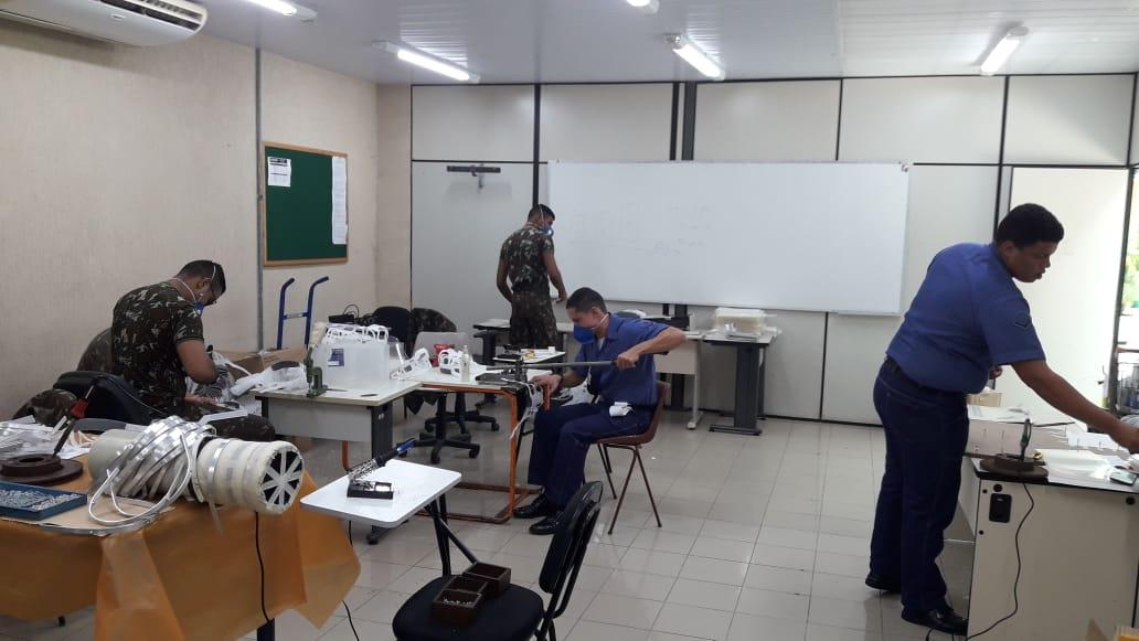 Militares confeccionam máscaras de tecido e de TNT para prevenção contra o Coronavírus
