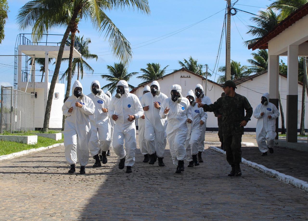 Militares realizam desinfecção de locais públicos e capacitam profissionais