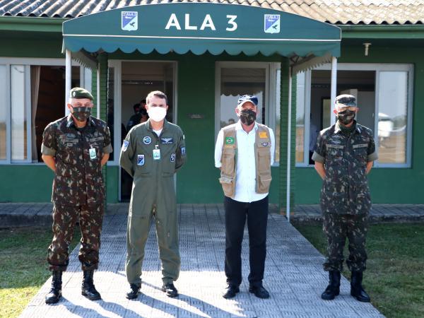 Ministro da Defesa desembarca na Ala 3 para acompanhar atividades da Operação COVID-19