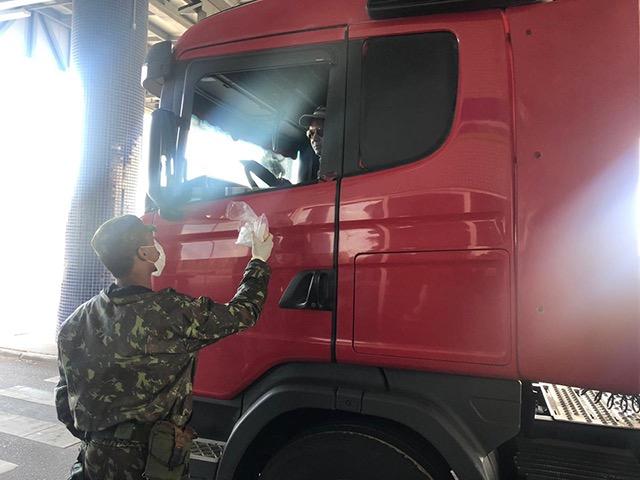 Na Região Sul, Forças Armadas apoiam caminhoneiros com distribuição de alimentos