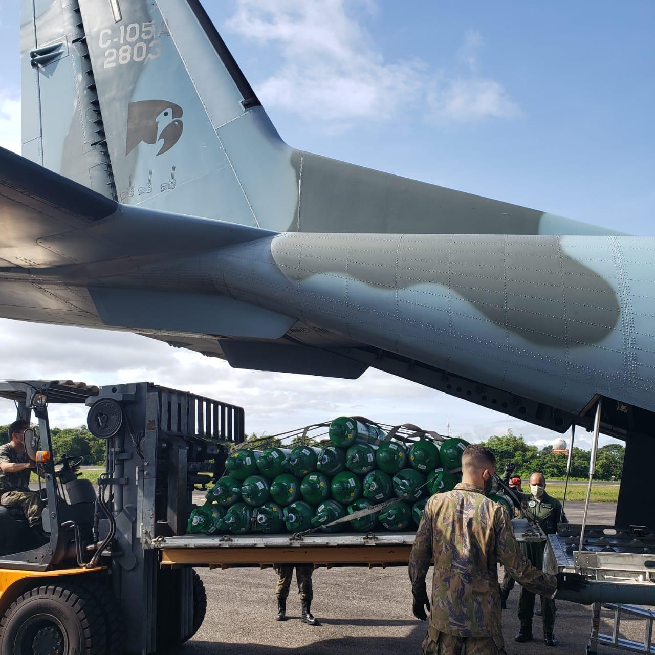Aeronave da Força Aérea transporta cilindros de oxigênio para região de fronteira do Amazonas