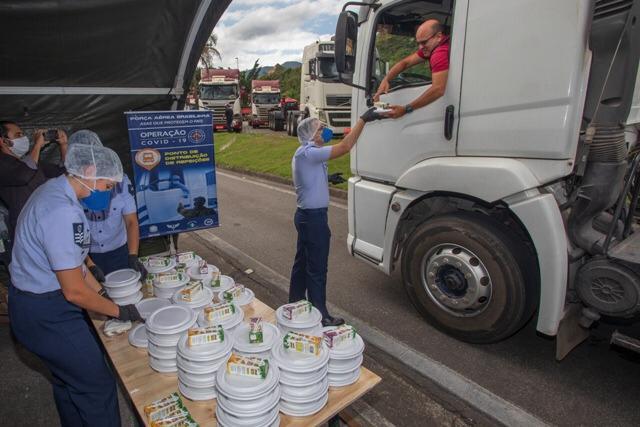 Além de arrecadar alimentos, Forças Armadas distribuem refeições à população