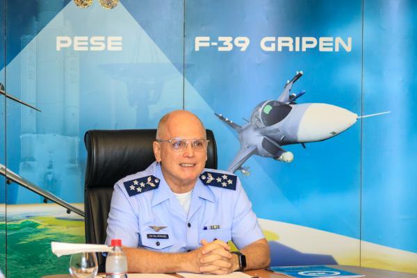 Comandante da Aeronáutica realiza palestra para a ECEME