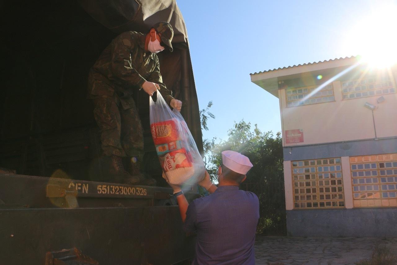 Entrega de cestas básicas, descontaminação de áreas públicas e conscientização da sociedade são efetuadas na Operação Covid 19