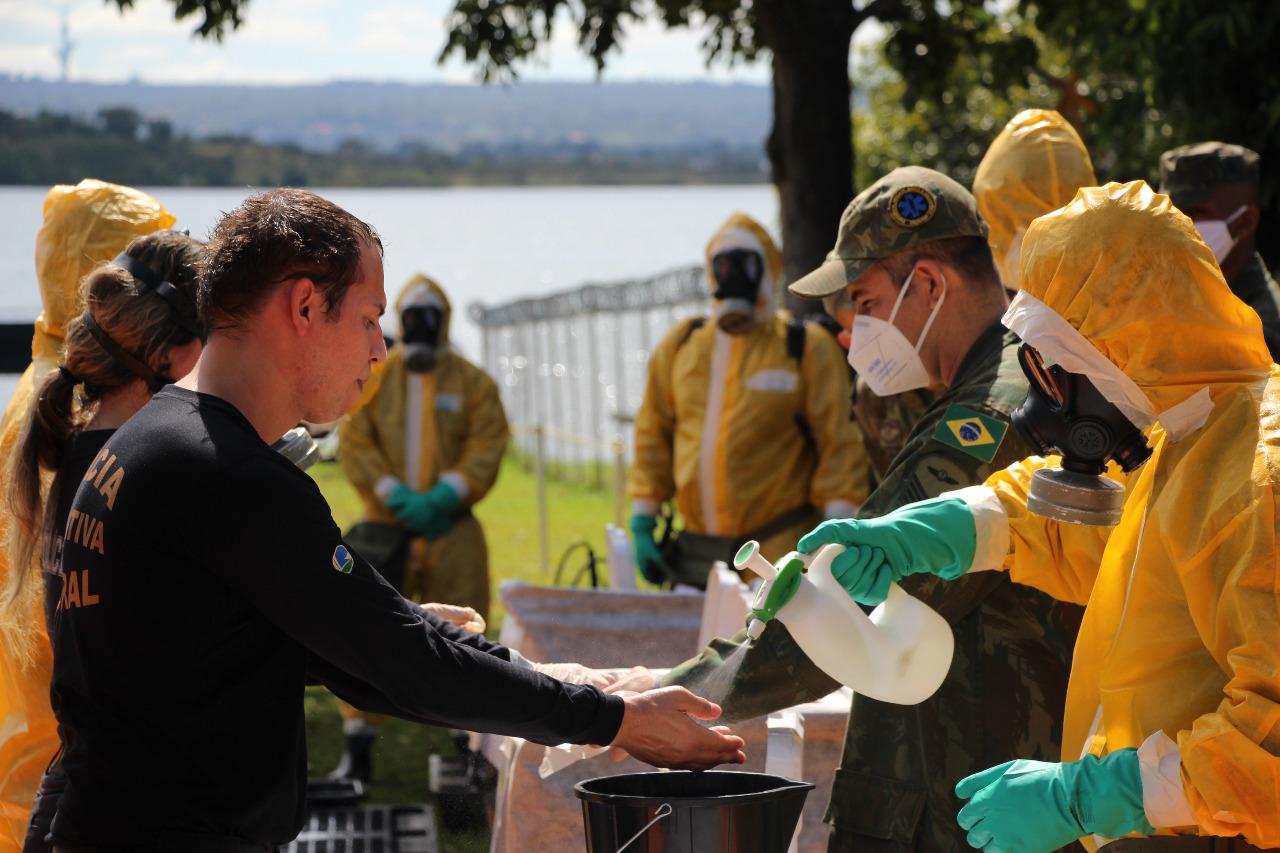 Militares doam 3,5 toneladas de alimentos a famílias de baixa renda