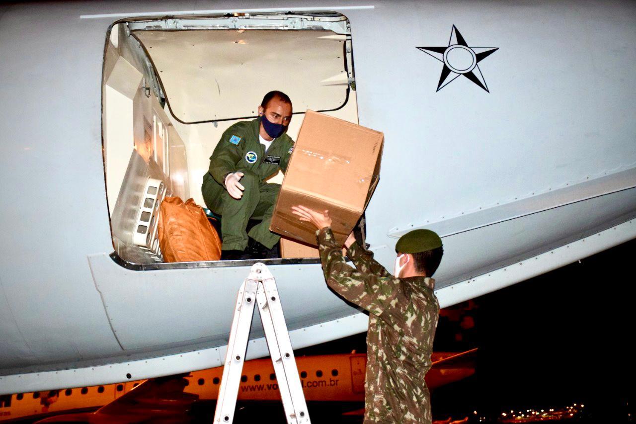 Militares transportam 10 mil máscaras destinadas a comunidades indígenas