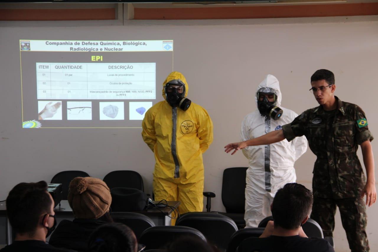 Saiba como é o trabalho dos militares na descontaminação de áreas públicas