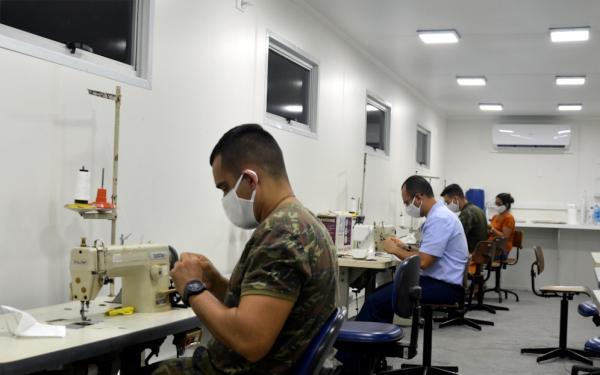 Voluntários da Guarnição de Aeronáutica de Natal produzem 3.500 máscaras de proteção