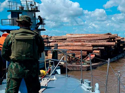 Marinha apreende mil toras de madeira irregular na foz do Rio Tocantins, no Pará