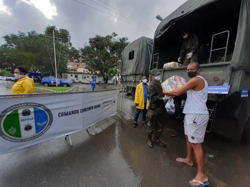 Militares da Marinha do Brasil entregam 8 mil cestas básicas em Salvador-BA