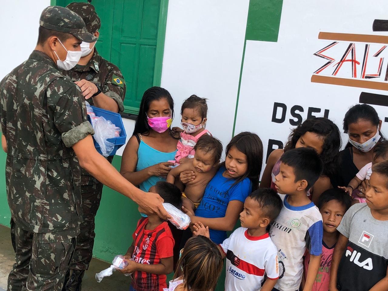 Militares levam kits de alimentos e higiene para comunidades indígenas