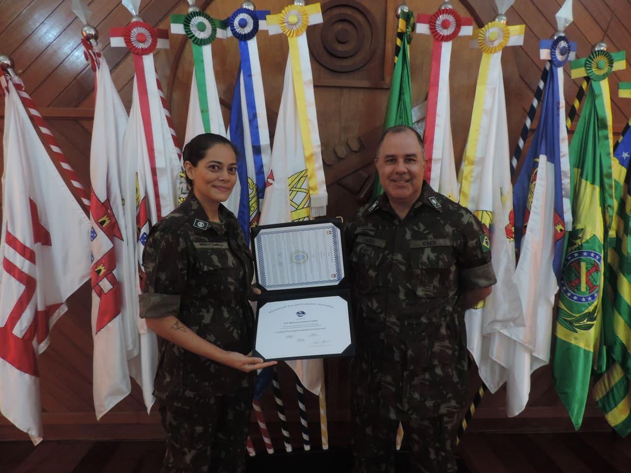 Oficial do Quadro de Engenheiros Militares do CAEx recebe certificação internacional
