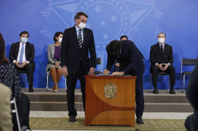 Presidente Bolsonaro dá posse a ministro das Comunicações