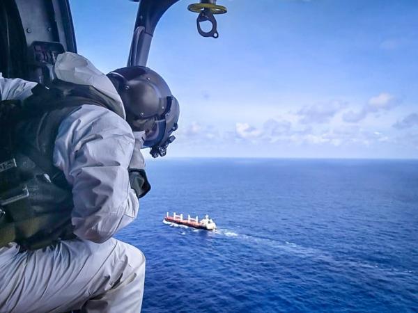 Esquadrão Falcão realiza resgate de vítima de acidente em navio