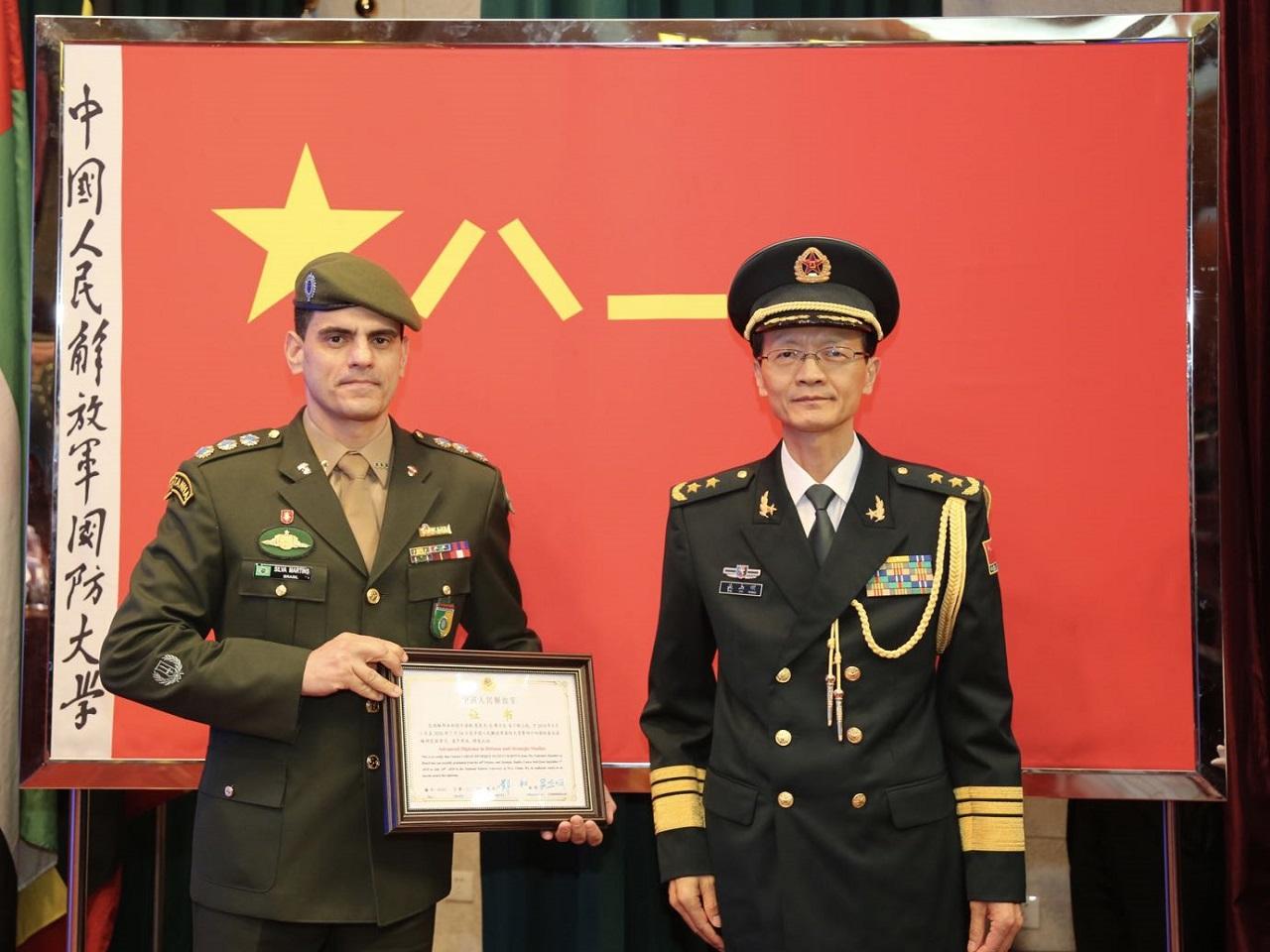 Oficiais do Exército Brasileiro concluem curso de altos estudos na National Defense University da China