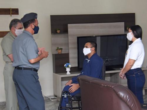 Comandante da Marinha e Comandante-Geral do Corpo de Fuzileiros Navais visitam soldado ferido em serviço