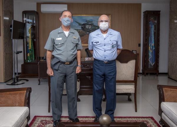 Comandante da Aeronáutica recebe visita do Comandante da Marinha do Brasil