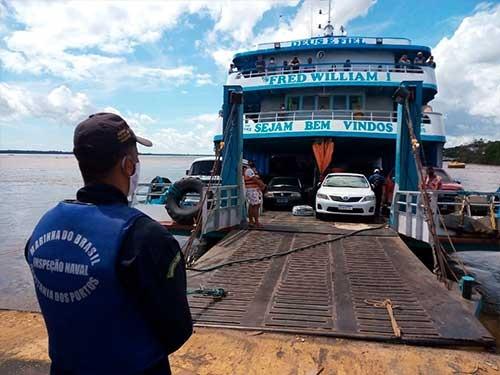 Embarcações que navegam nos rios da Amazônia passam diariamente por revistas
