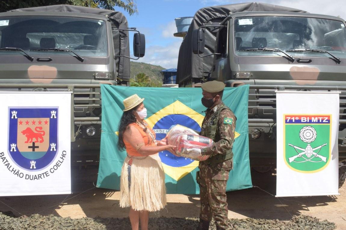 Forças Armadas ajudam comunidade indígena de Pernambuco com cestas básicas