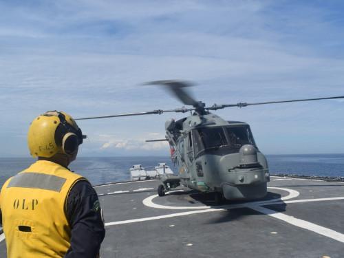 """Fragata """"União"""" realiza alinhamento de sistema de armas e qualificação de nova aeronave da Marinha"""