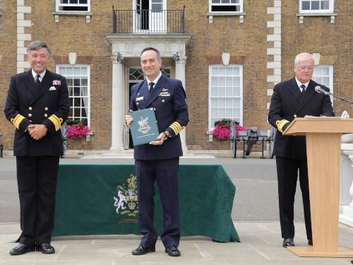Oficial da Marinha do Brasil recebe prêmio do Royal College of Defence Studies