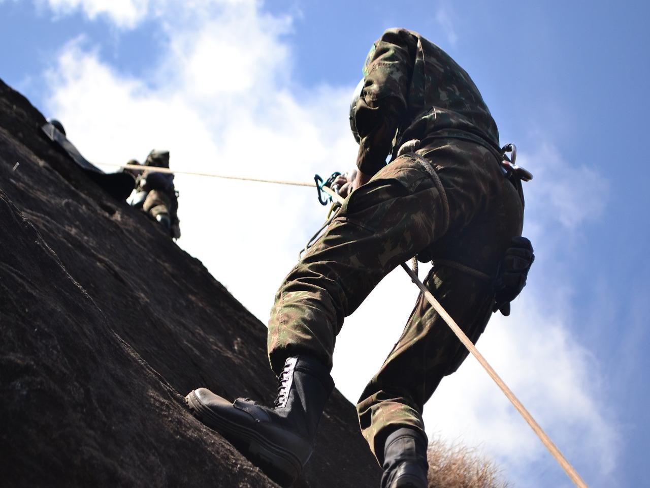 Estágio Básico de Combatente de Montanha prepara militares para combater em um complexo ambiente operacional
