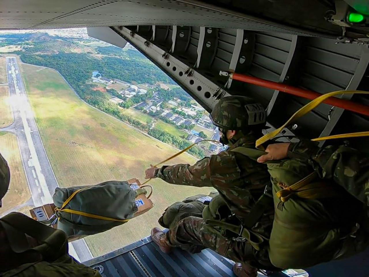 Centro de Instrução Pára-quedista General Penha Brasil forma novos mestres de salto do Exército Brasileiro
