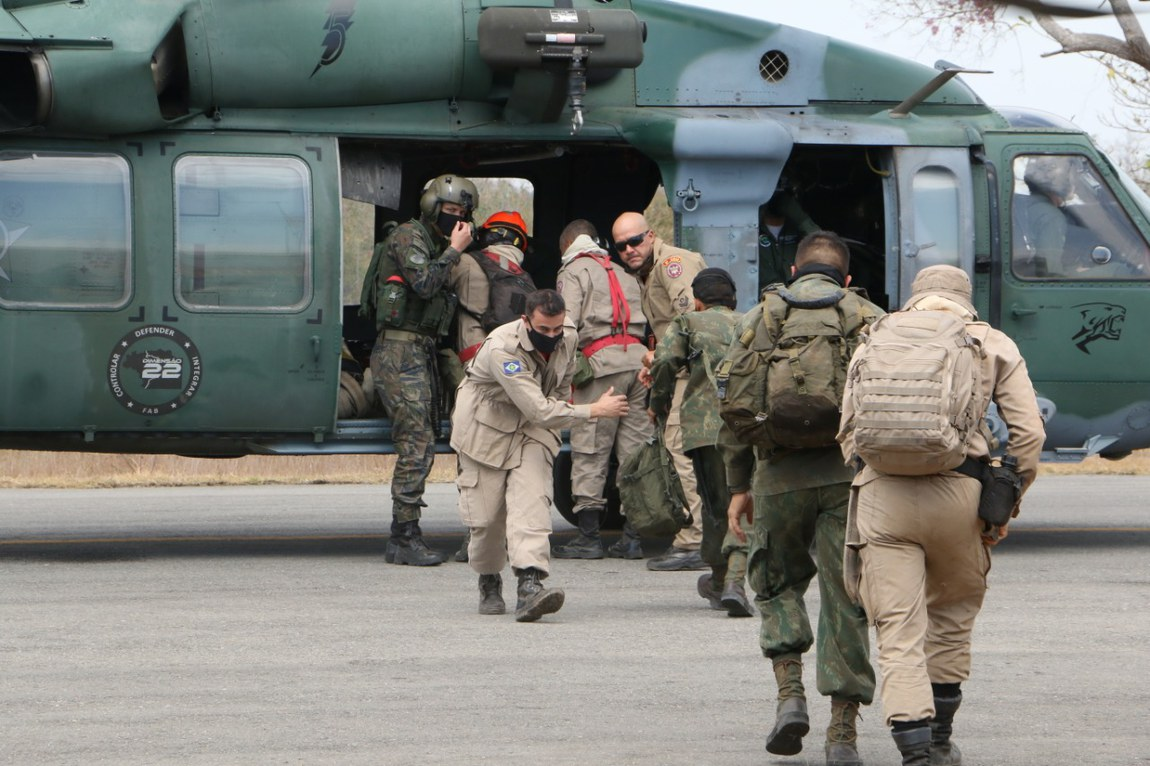 Defesa emprega aeronaves para combater incêndio no Pantanal