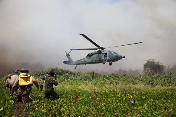 FAB resgata brigadistas que combatem incêndio no Pantanal