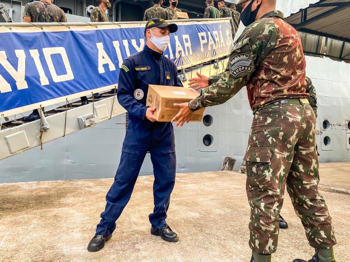 Forças Armadas reforçam combate a incêndio em Cáceres (MT) e distribuem cestas básicas no Pará