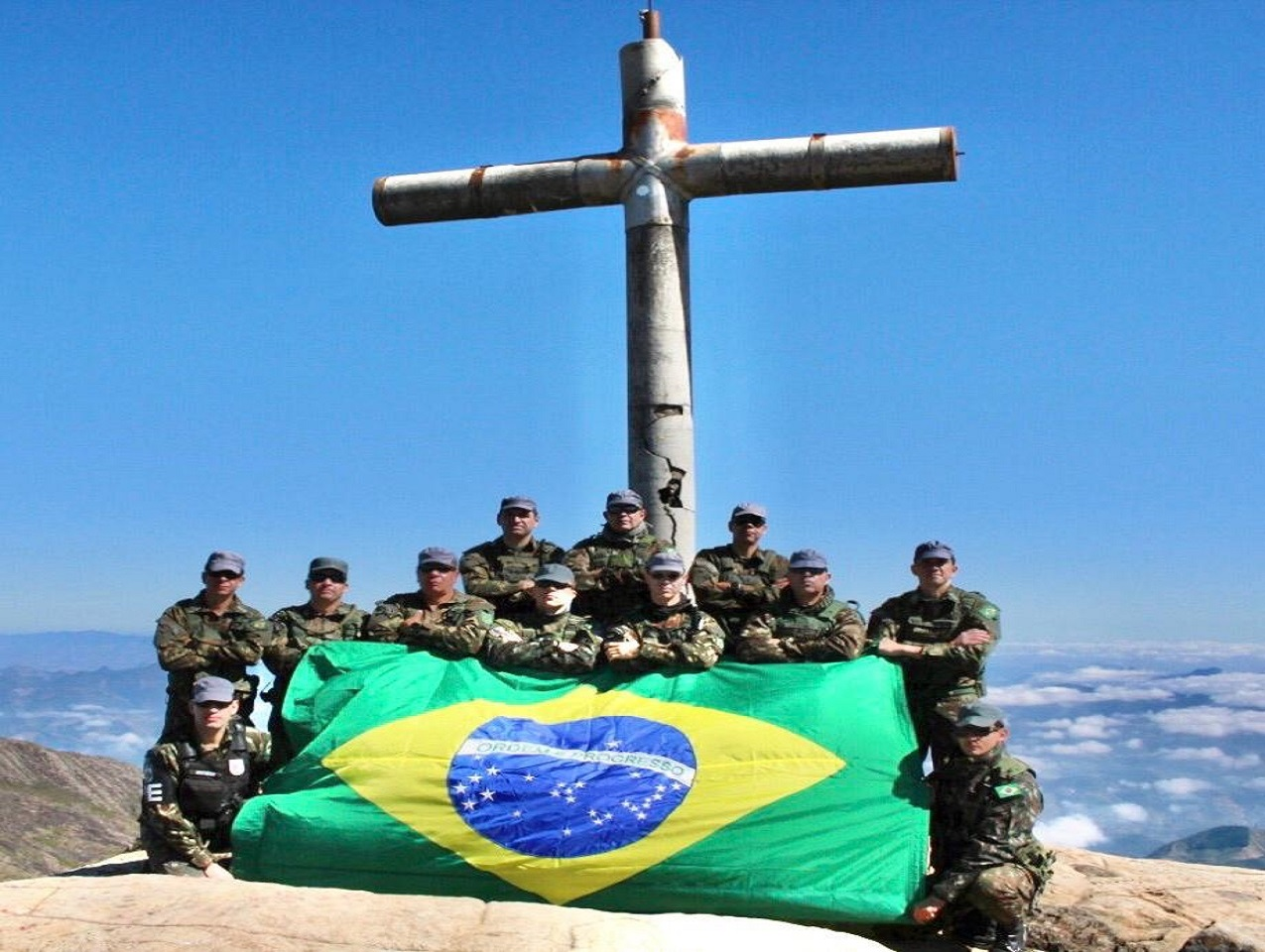 Militares escalam o Pico da Bandeira