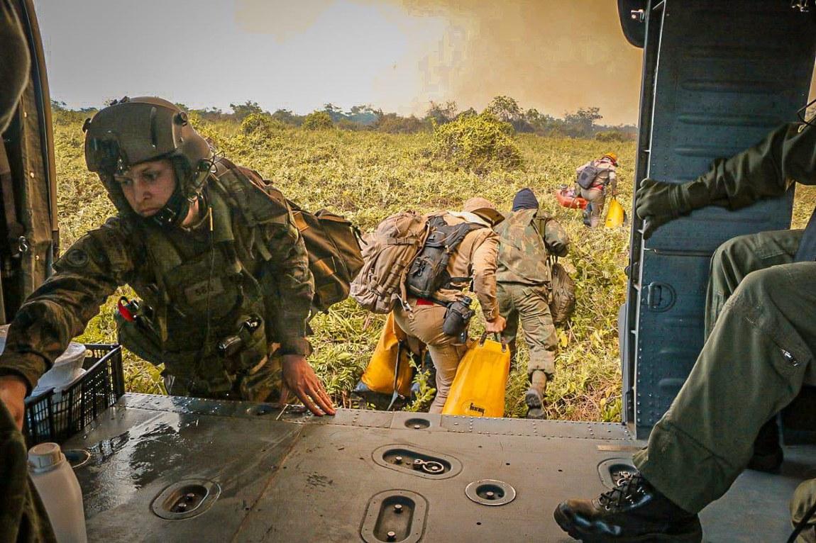 Militares continuam no combate a focos de incêndios no Pantanal