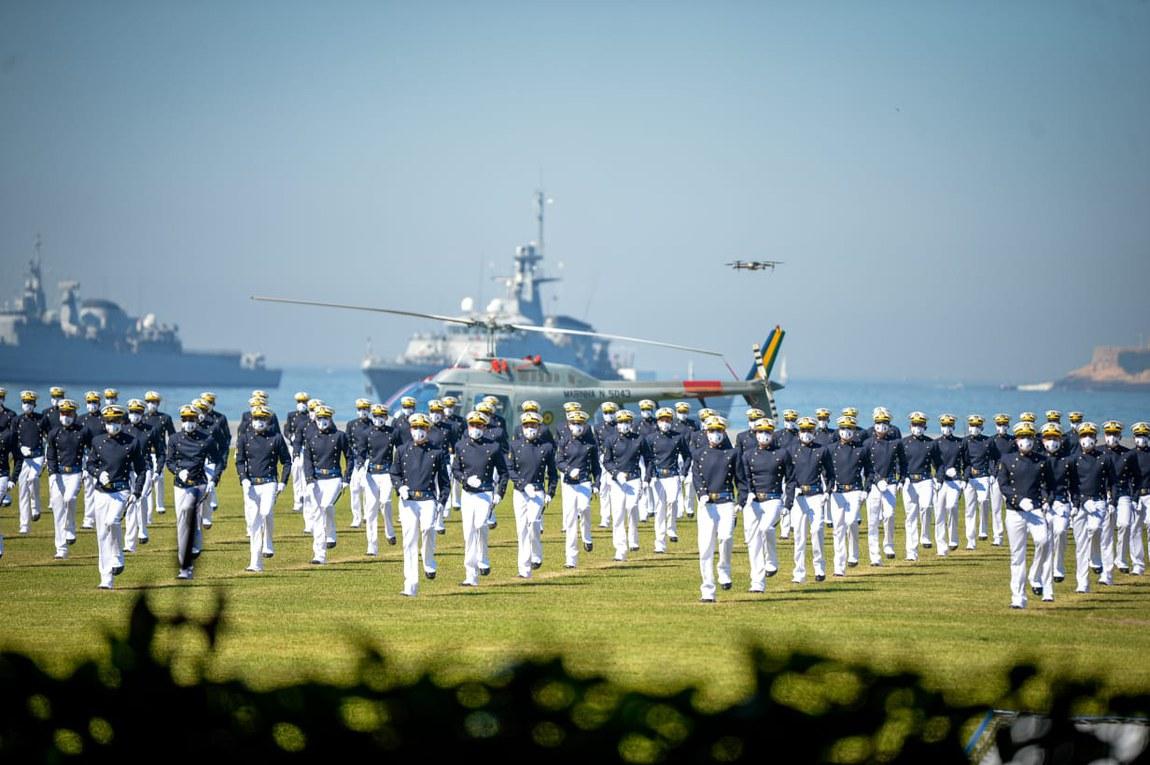 Ministro da Defesa preside Cerimônia de Juramento à Bandeira e entrega de espadim a aspirantes da Marinha