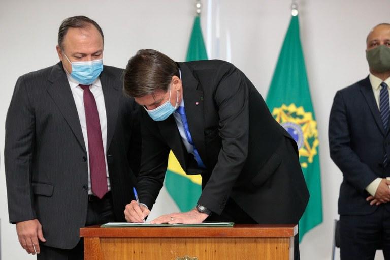 Presidente Bolsonaro assina MP que garante produção de vacina contra a Covid-19