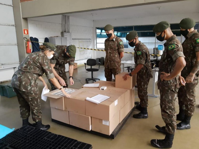 Forças Armadas entregam 55 mil ampolas de medicamentos para kits intubação