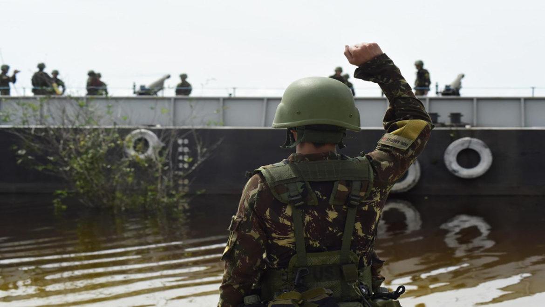 Artilharia de Campanha de Selva realiza tiro de artilharia embarcado em meio flutuante