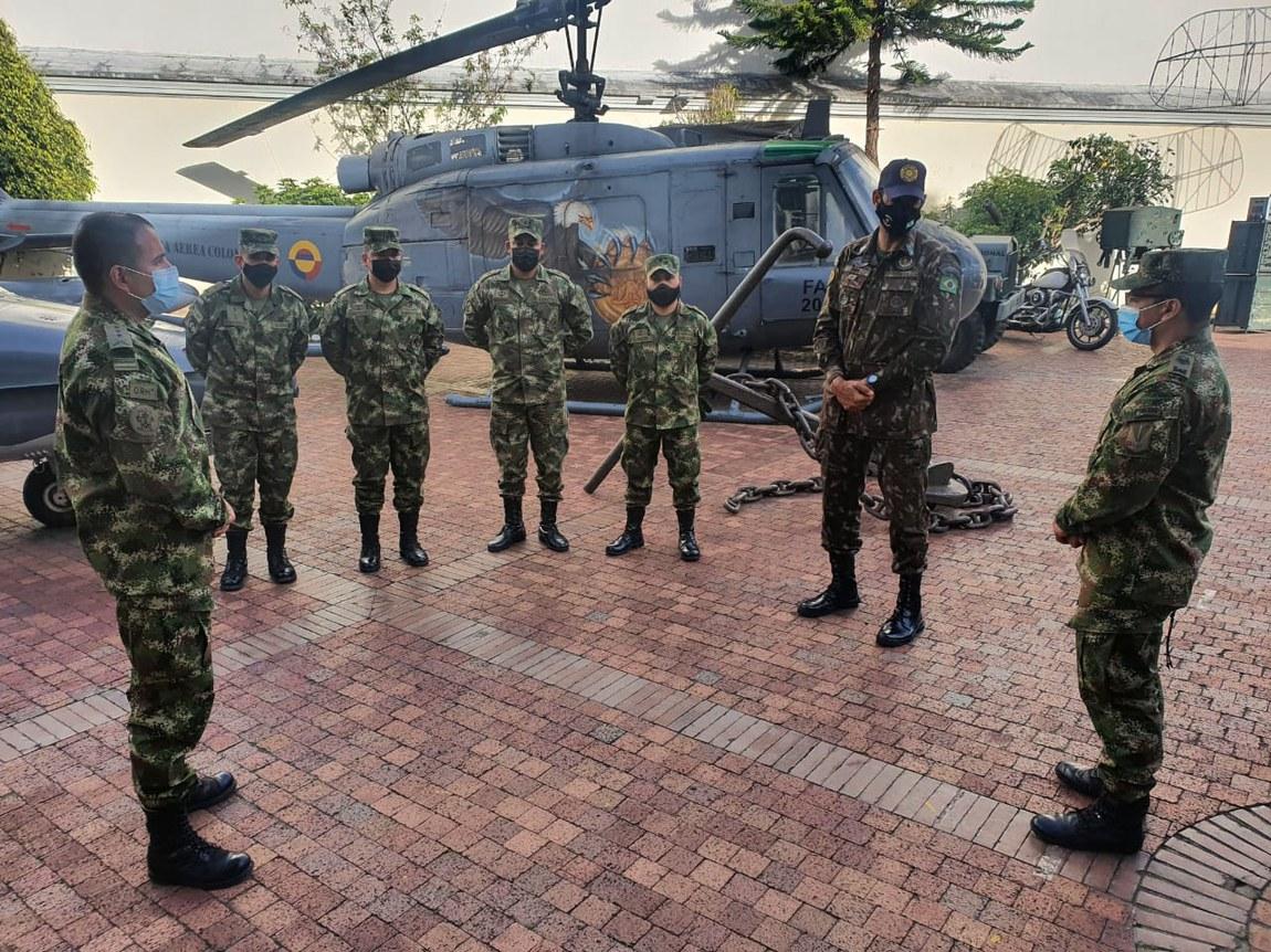 Assessores técnicos brasileiros e alunos de curso de desminagem na Colômbia visitam Museu Militar