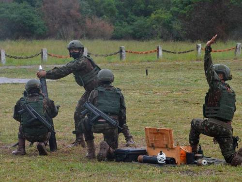 Comandante-Geral do CFN participa de demonstração de tiro de morteiro no Centro de Avaliações do Exército